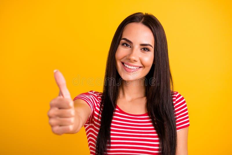 可爱的可爱的学生接近的照片安排广告劝告促进选择建议穿戴的青年现代衣物 免版税图库摄影