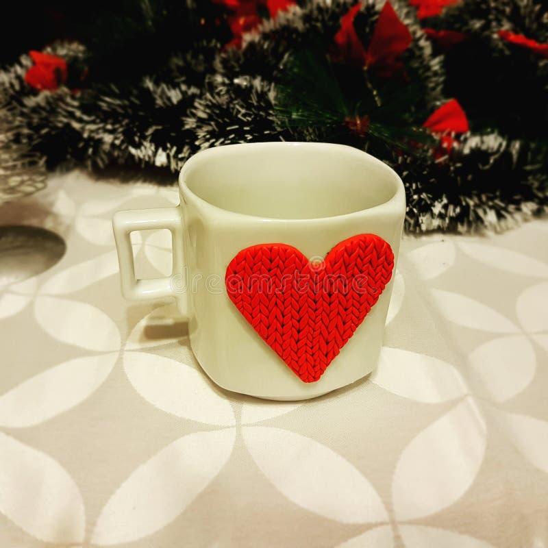 可爱的咖啡杯在圣诞树下 图库摄影