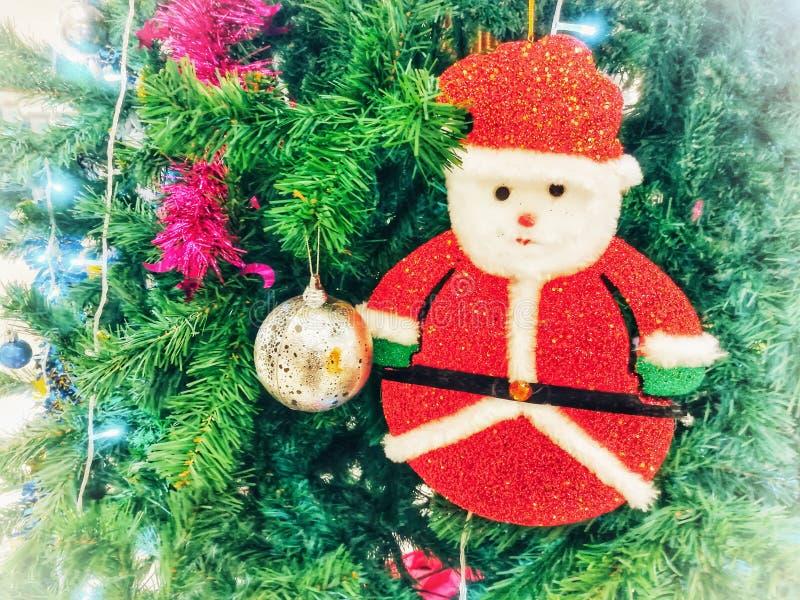 可爱的圣诞老人,在圣诞树的圣诞节装饰品 免版税图库摄影