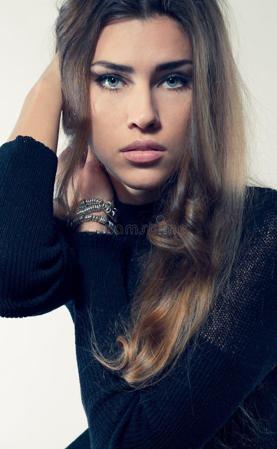 年轻可爱的在看的黑礼服的妇女金发来了 免版税库存图片