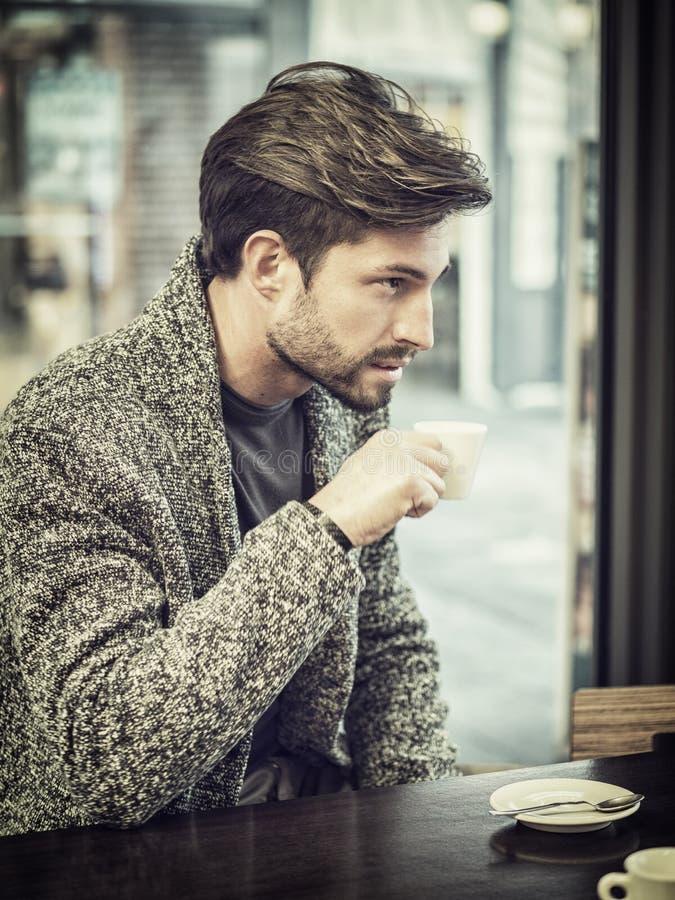 可爱的在酒吧的人饮用的咖啡 免版税图库摄影