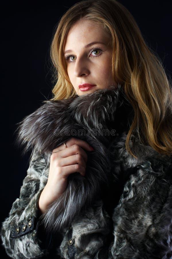可爱的外套毛皮妇女 免版税图库摄影
