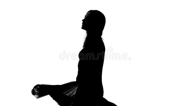 可爱的夫人剪影,诱人地跳舞,挥动,内在自由 免版税库存图片