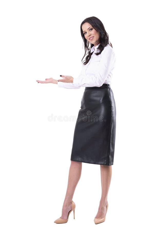 可爱的女商人助理欢迎与看照相机的邀请的手势 库存图片