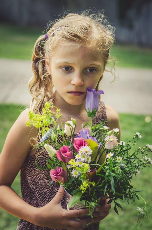 可爱的女孩为卖花人行业做准备 免版税库存图片