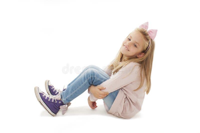可爱的女孩乏味,坐地板 库存图片