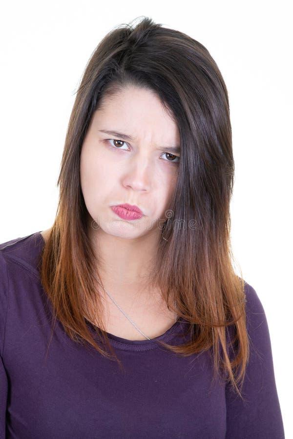 可爱的女孩做鬼脸年轻女人做愚笨的面孔画象 免版税库存图片