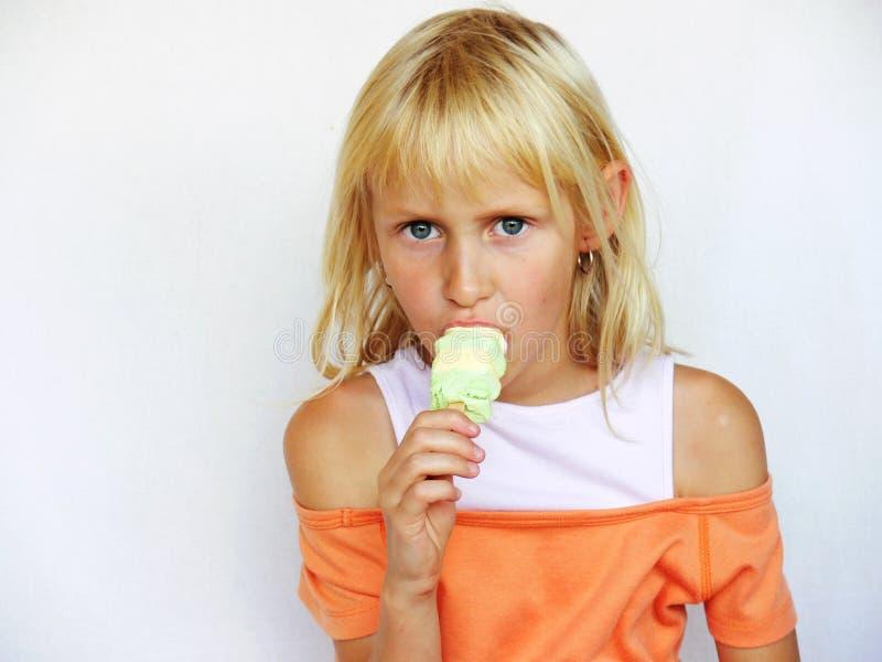 可爱的女孩冰棍 免版税库存图片