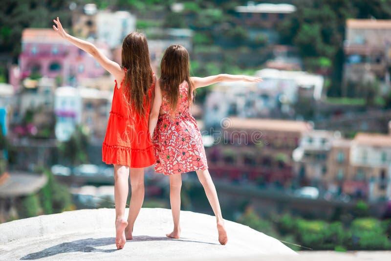 可爱的女孩在温暖和晴朗的夏日在波西塔诺镇在意大利 免版税库存图片