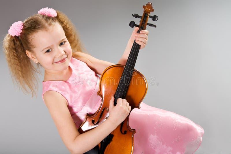 可爱的女孩少许小提琴 免版税库存图片
