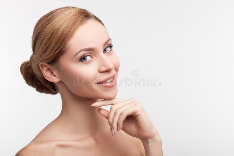 可爱的女孩是有同情心的她的皮肤 免版税库存照片
