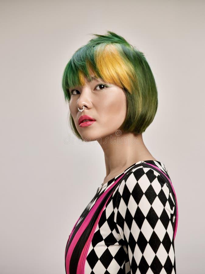 可爱的女孩特写镜头室内画象有五颜六色的头发的 演播室射击了有短的理发的优美的少妇 免版税库存照片