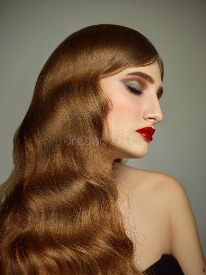 可爱的女孩特写镜头室内画象有五颜六色的头发的 演播室射击了有长的理发的优美的少妇 库存照片