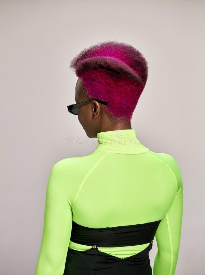 可爱的女孩特写镜头室内画象有五颜六色的头发的 演播室射击了有长的理发的优美的少妇 免版税库存图片