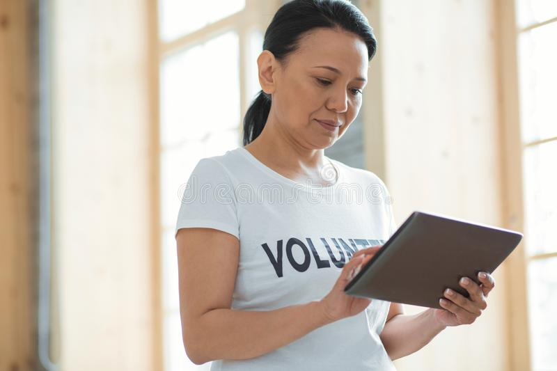 可爱的女性志愿键入的消息 免版税库存图片