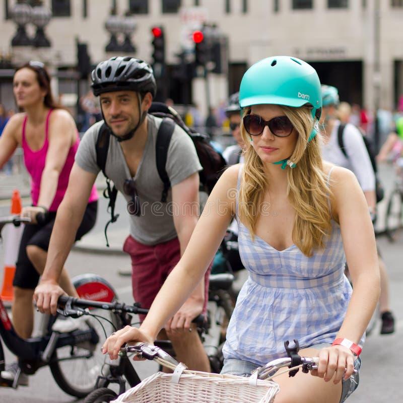可爱的女性骑自行车者- RideLondon循环的事件,伦敦2015年 免版税库存图片