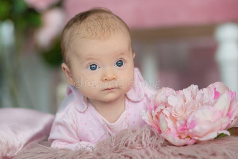可爱的女婴画象桃红色礼服的 免版税库存图片
