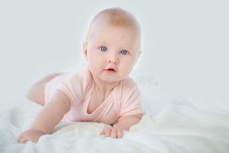 可爱的女婴画象桃红色礼服的 免版税库存照片
