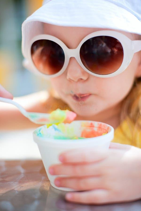 可爱的奶油色吃女孩冰 免版税库存图片