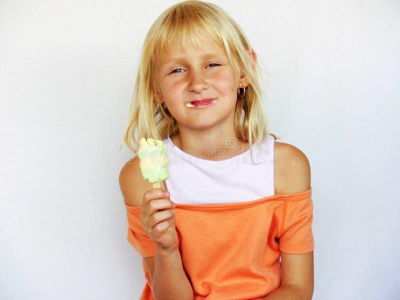 可爱的奶油色女孩冰 免版税库存照片