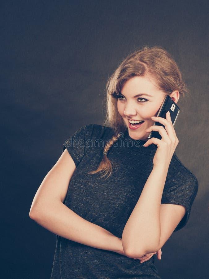 可爱的妇女挥动的发短信在手机 免版税库存照片