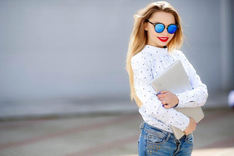 可爱的妇女接近的时尚画象牛仔裤的有长发的 牛仔裤衣服的女孩 有新的牛仔布的迷人的夫人 免版税库存照片