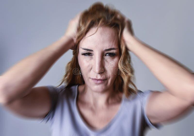 可爱的妇女沮丧她的三十哀伤和看在哀痛和哀情的照相机 免版税库存图片