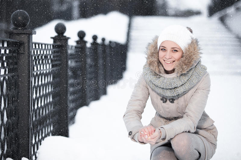 年轻可爱的妇女秀丽画象在多雪的圣诞节背景的 图库摄影