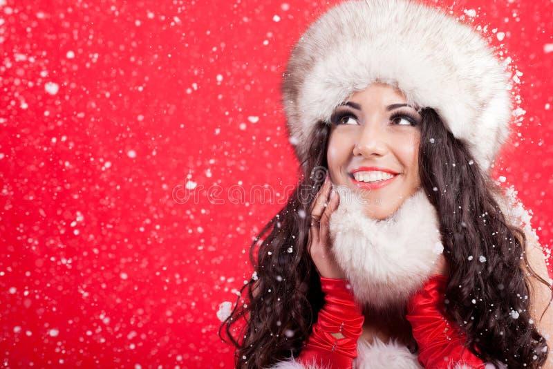 年轻可爱的妇女秀丽画象在多雪的圣诞节b的 库存照片