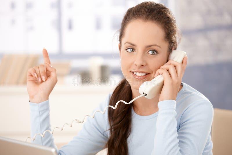 可爱的妇女纵向联系在电话 免版税图库摄影