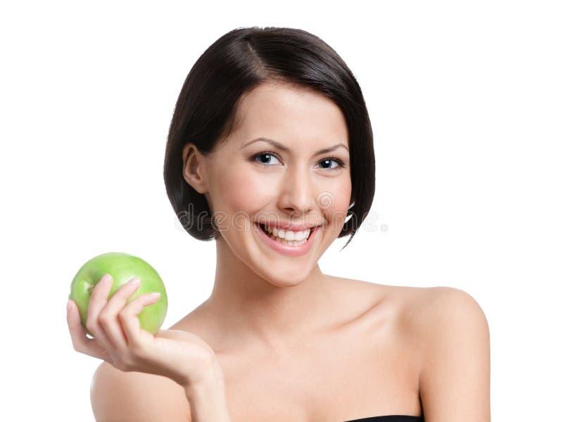 可爱的妇女递一个苹果 免版税图库摄影