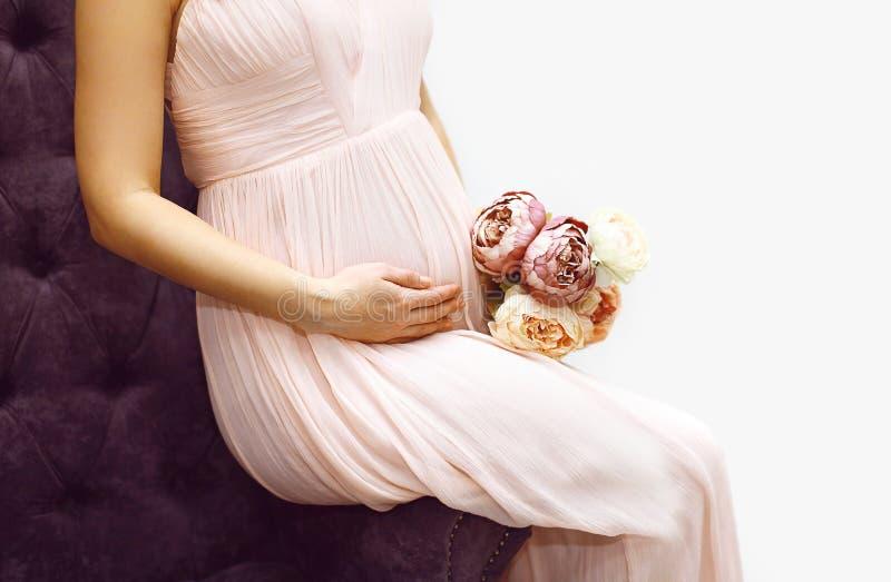 可爱的孕妇和花 免版税图库摄影