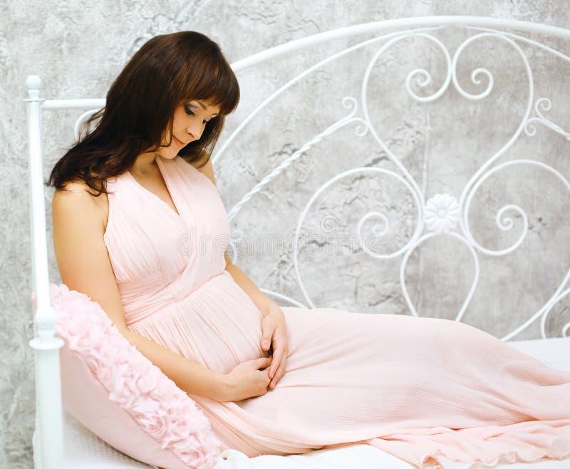可爱的孕妇 免版税库存照片