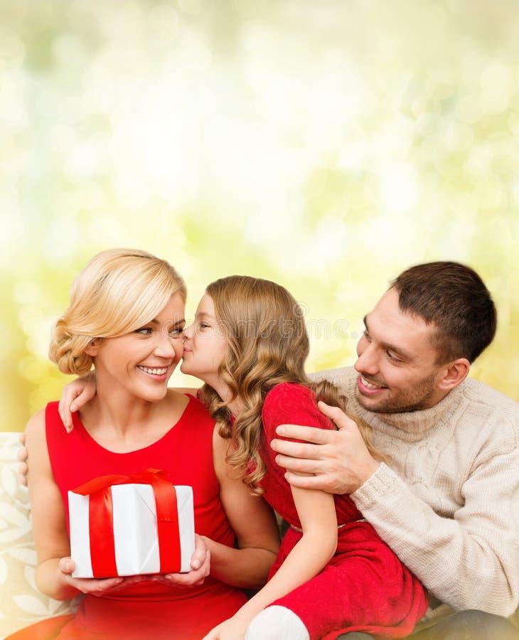 可爱的孩子亲吻她的母亲 免版税库存图片