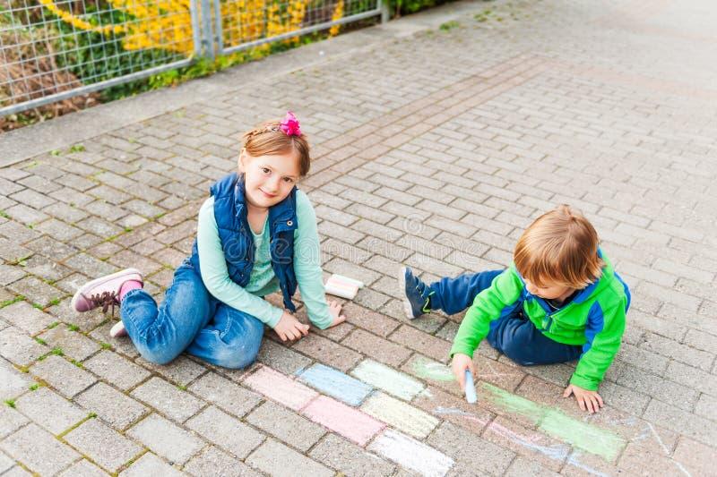 可爱的孩子室外画象  免版税库存图片