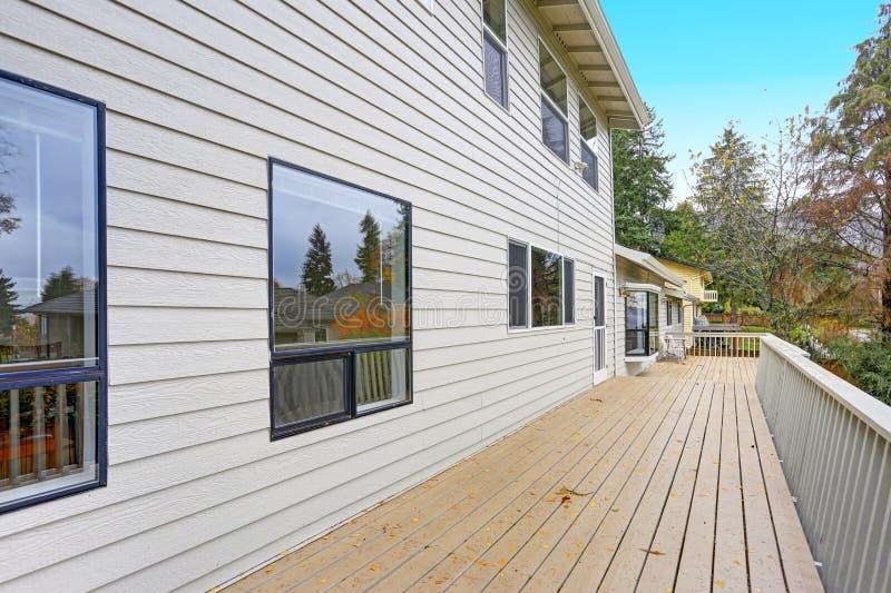 可爱的家以一个概括甲板为特色 免版税图库摄影