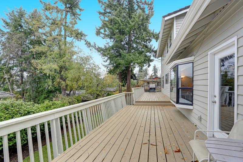 可爱的家以一个概括甲板为特色 免版税库存照片