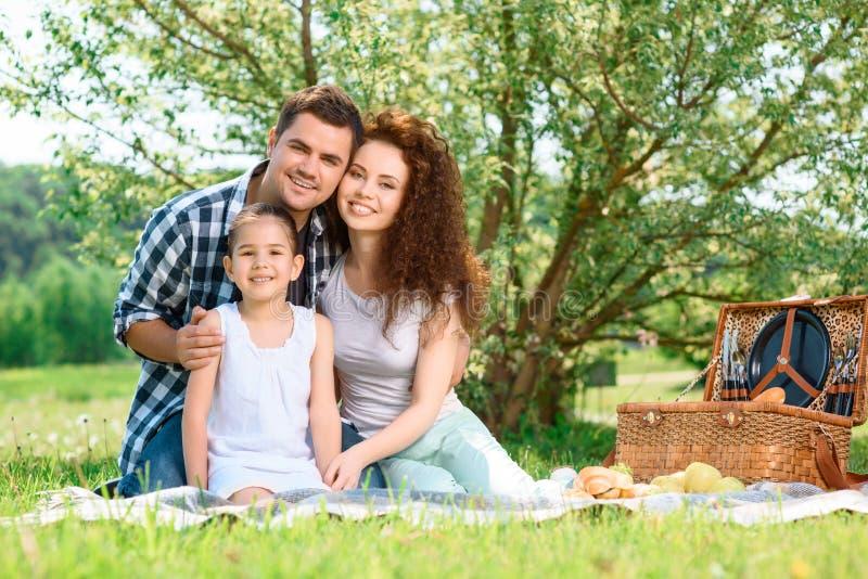 可爱的家庭野餐在公园 免版税库存照片