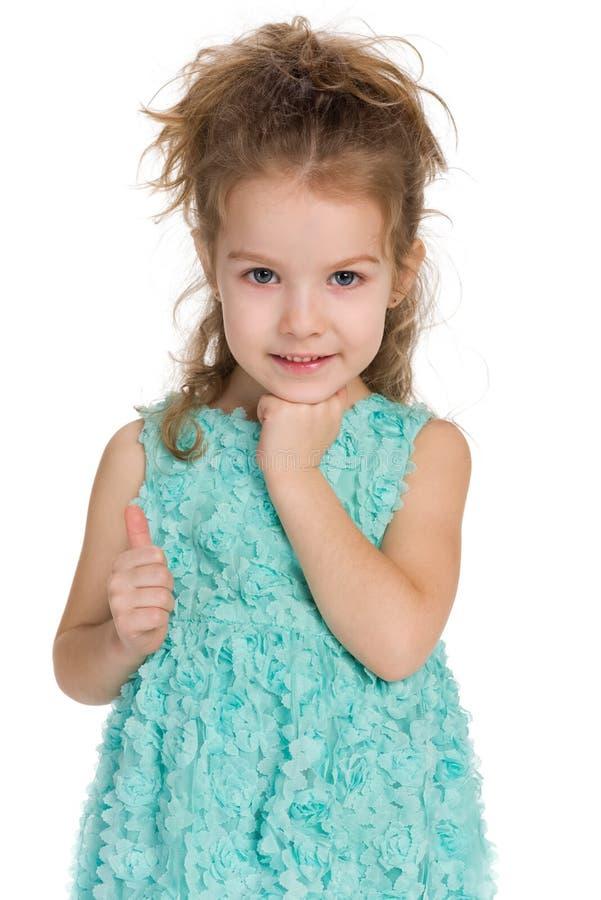 可爱的小女孩举行她的赞许 免版税库存图片
