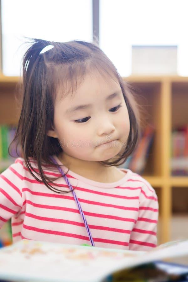 可爱的小女孩写入图书馆 库存图片