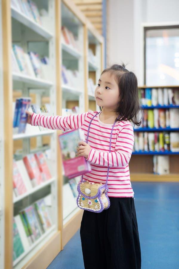 可爱的小女孩写入图书馆 图库摄影