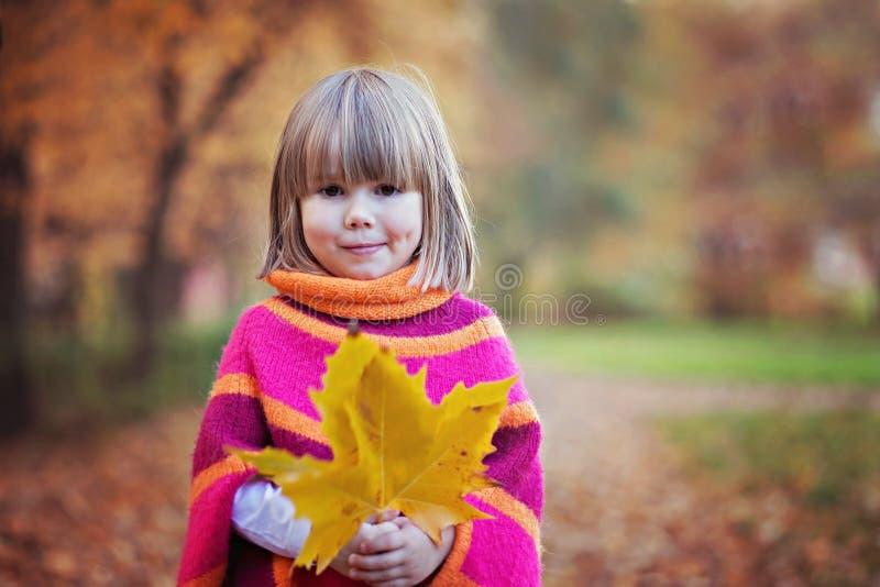可爱的小女孩在公园,使用 免版税库存照片