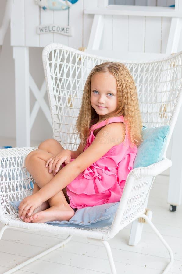 可爱的小女孩在她的屋子里 库存照片