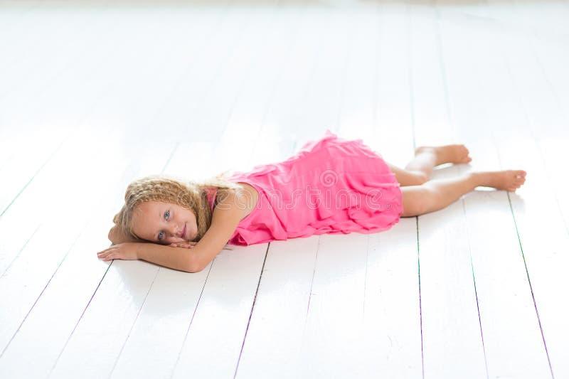 可爱的小女孩在她的屋子里 库存图片
