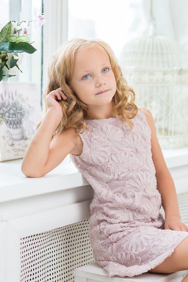 可爱的小女孩在她的屋子里 免版税库存图片