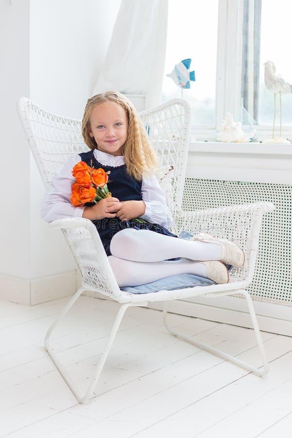可爱的小女孩在她的屋子里 图库摄影