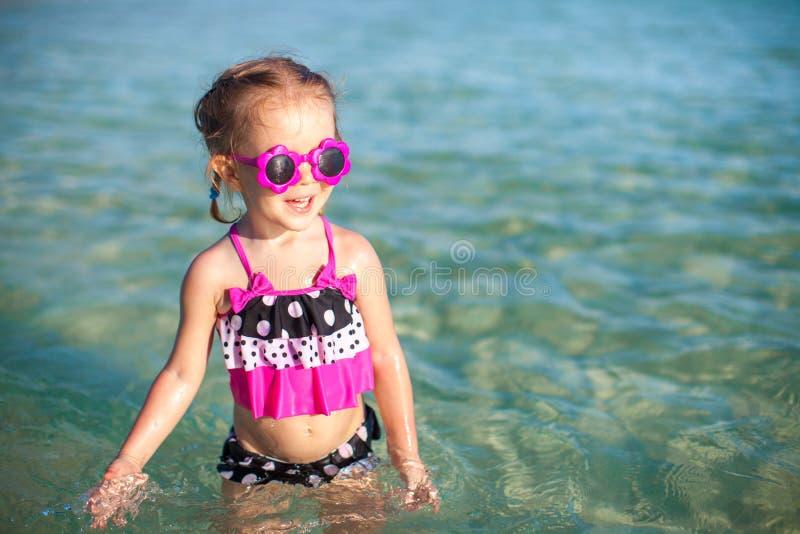 可爱的小女孩在热带海滩的海 免版税库存图片