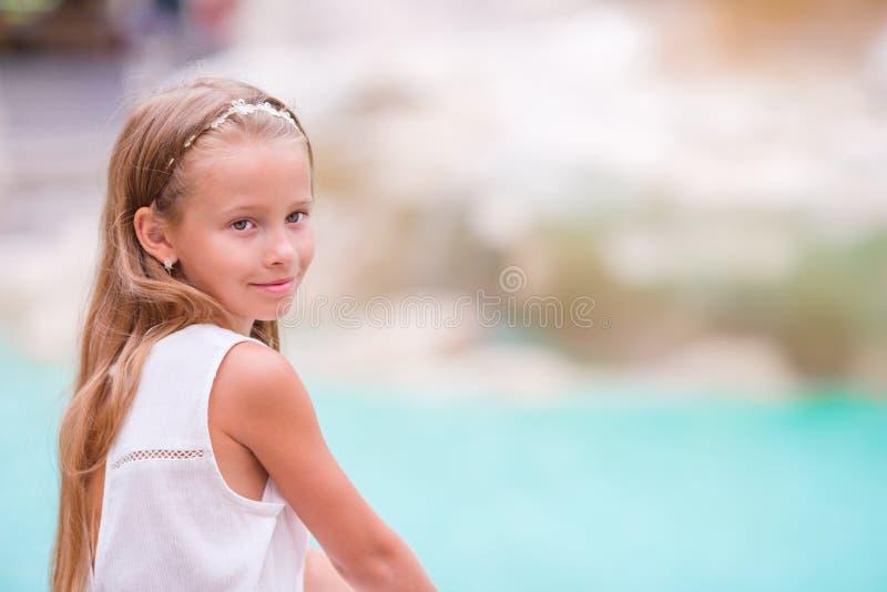 可爱的小女孩背景trevi喷泉,罗马,意大利 愉快的toodler孩子在欧洲