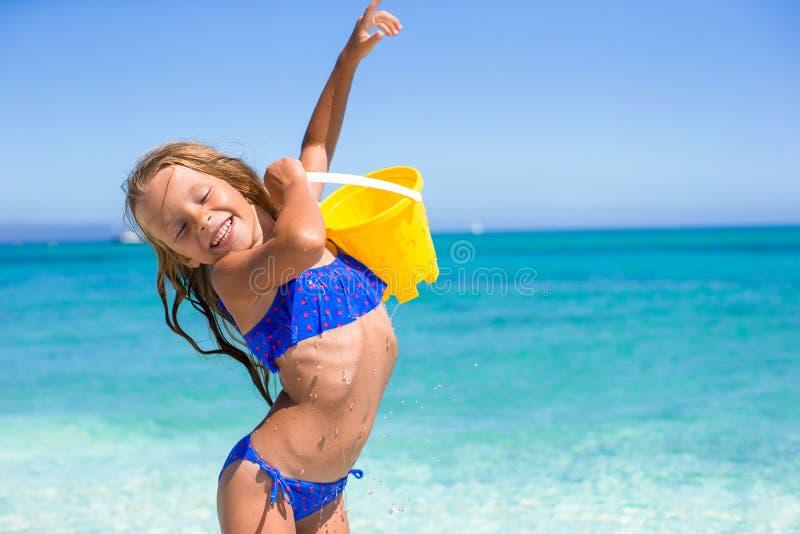 可爱的小女孩获得与海滩玩具的乐趣在 免版税库存图片