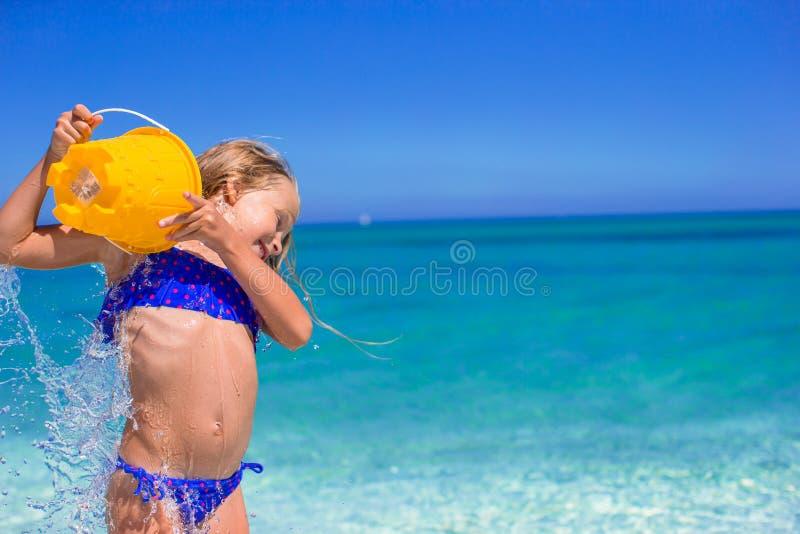 可爱的小女孩获得与海滩玩具的乐趣 免版税库存照片